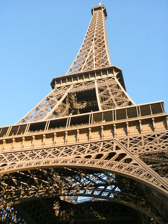Eiffelturm in seltsamem Winkel