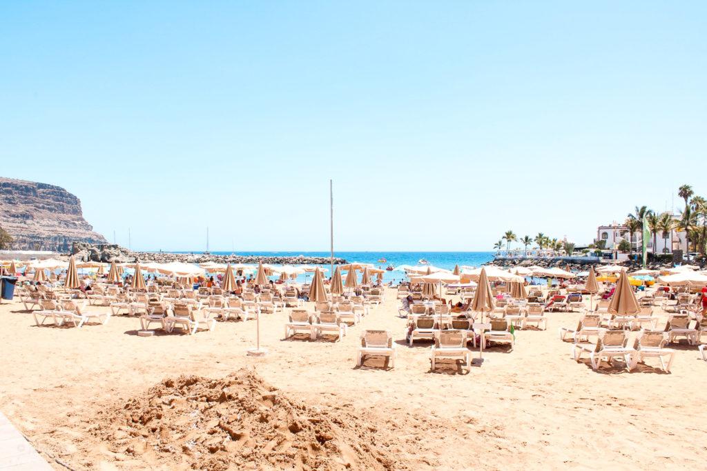 Liegen am Strand von Puerto de Mogán