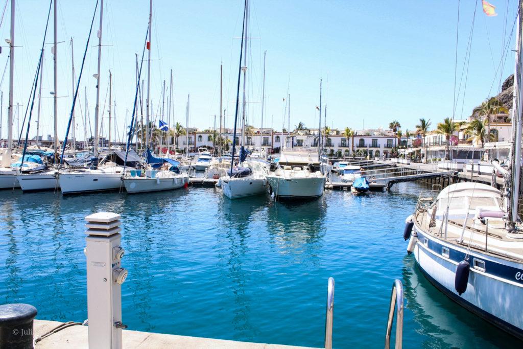 Wunderschönes klares Wasser im Hafen von Puerto de Mogán