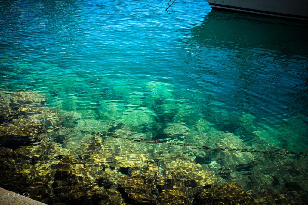 Das klare Wasser im Hafenbecken von Puerto de Mogán
