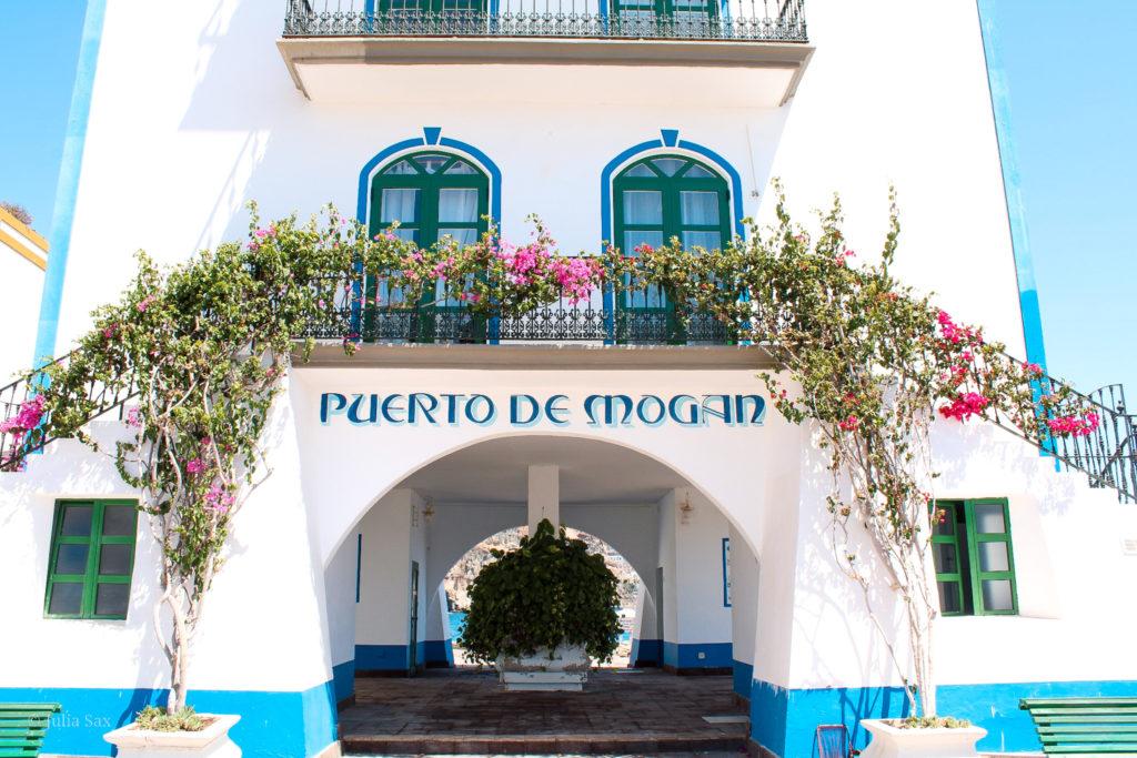 Das fast schon kitschige Hafengebäude in Puerto de Mogán