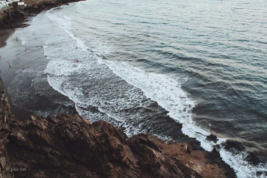 Der Schaum der Wellen am Strand von San Agustín.